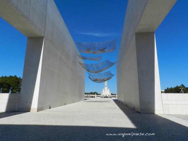 Il santuario di Fatima visto dall'altro lato della enorme piazza