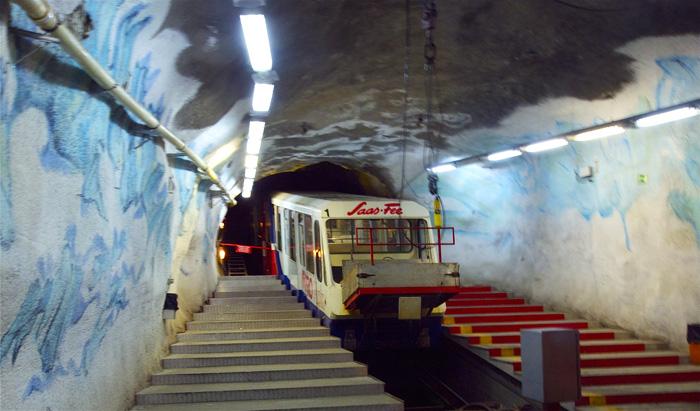 Con il Metro Alpin, la funicolare sotterranea più alta del mondo, si sale al Mittelallalin. A 3500 metri di quota si schiude un panorama di grande fascino su montagne e ghiacciai della valle di Saas.