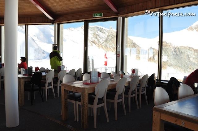 """Pranzo al ristorante """"ThreeS!xty"""". Nel più elevato ristorante girevole del mondo, le montagne circostanti sfileranno sotto i vostri occhi (per il giro completo vi vuole esattamente un'ora)."""