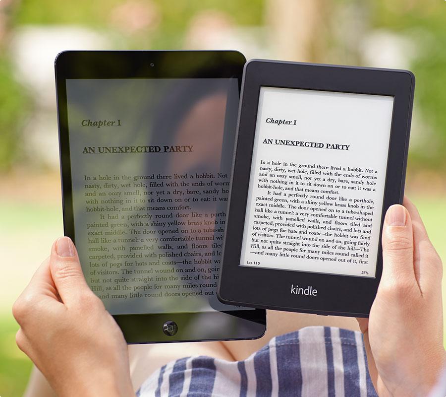Ecco come si vede sotto la luce diretta naturale con un tablet tipo ipad a sinistra, e con un Kindle (credo sia il Paperwhite) a destra...