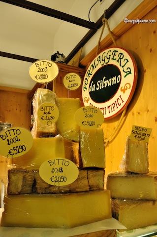 Bitto e altri formaggi di alpeggio in un negozio a Sondrio