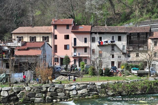 Un villaggio a due passi dal ponte medievale a Castiglione Olona, affacciato sul fiul fiume, appena dopo le mura