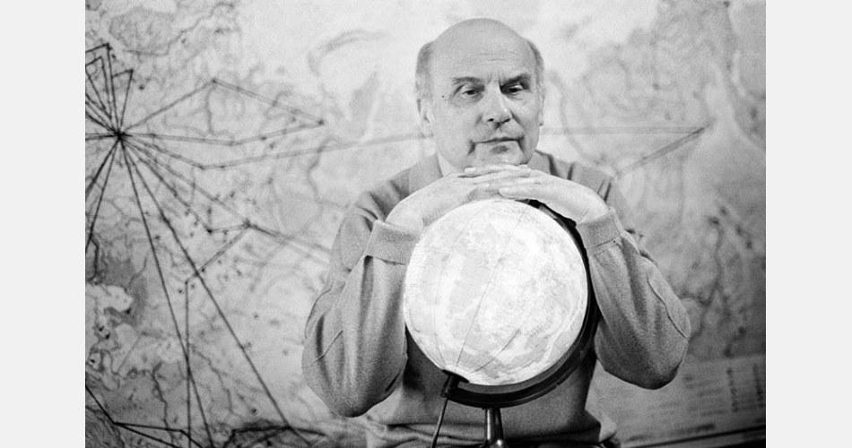 Ryszard Kapuscinski (1932-2007) in una foto nel suo appartamento di Varsavia