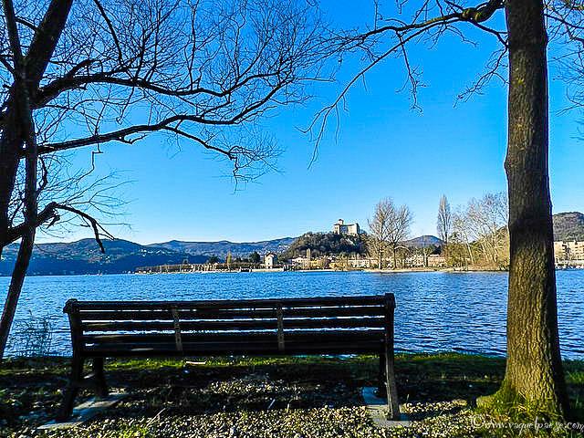 Leggersi un libro mentre si ammira il panorama del lago Maggiore e della Rocca Borromea di Angera