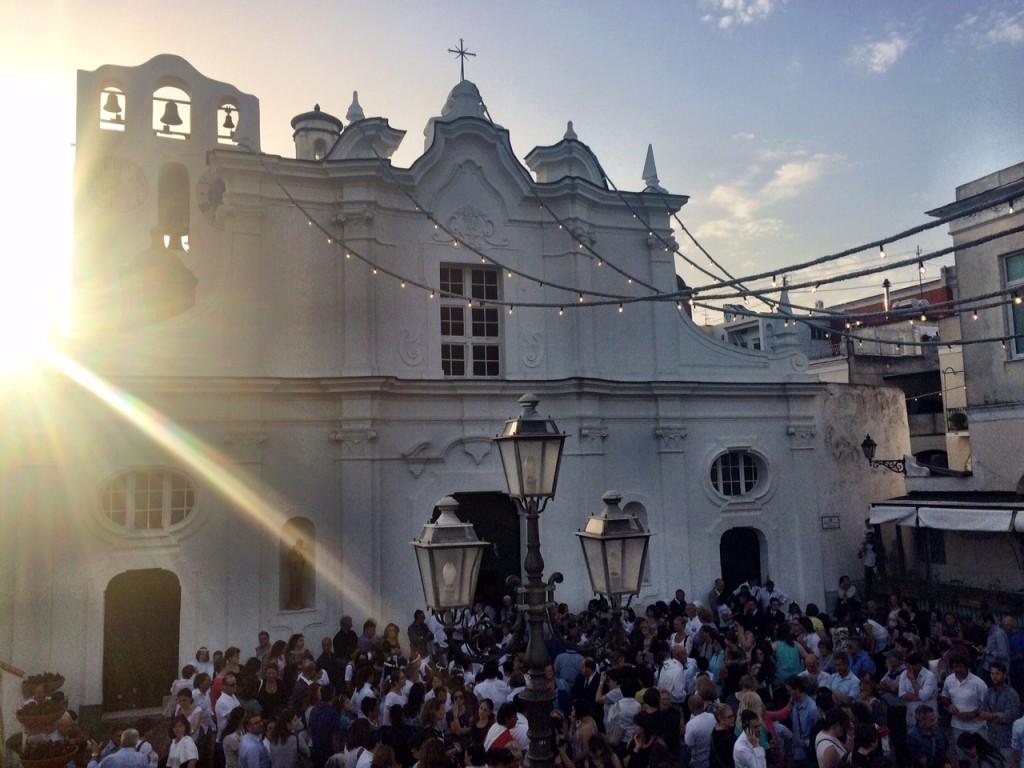 La folla attende l'uscita del suo patrono in piazza