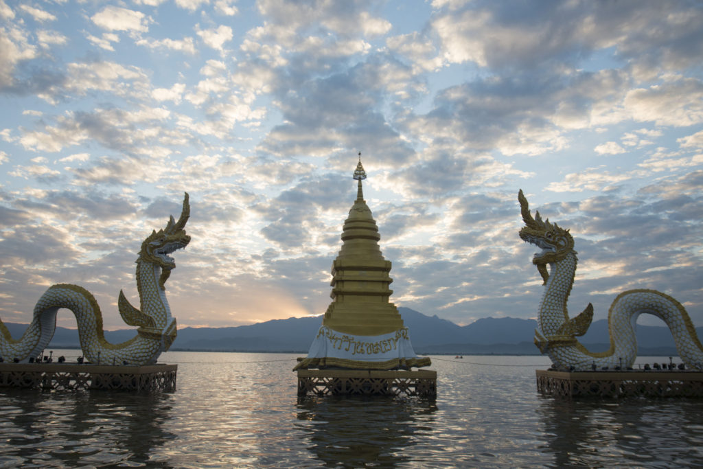 a statua phayanak o Naga nel paesaggio nel lago di Kwan Phayao nella città di Phayao nel nord della Thailandia.
