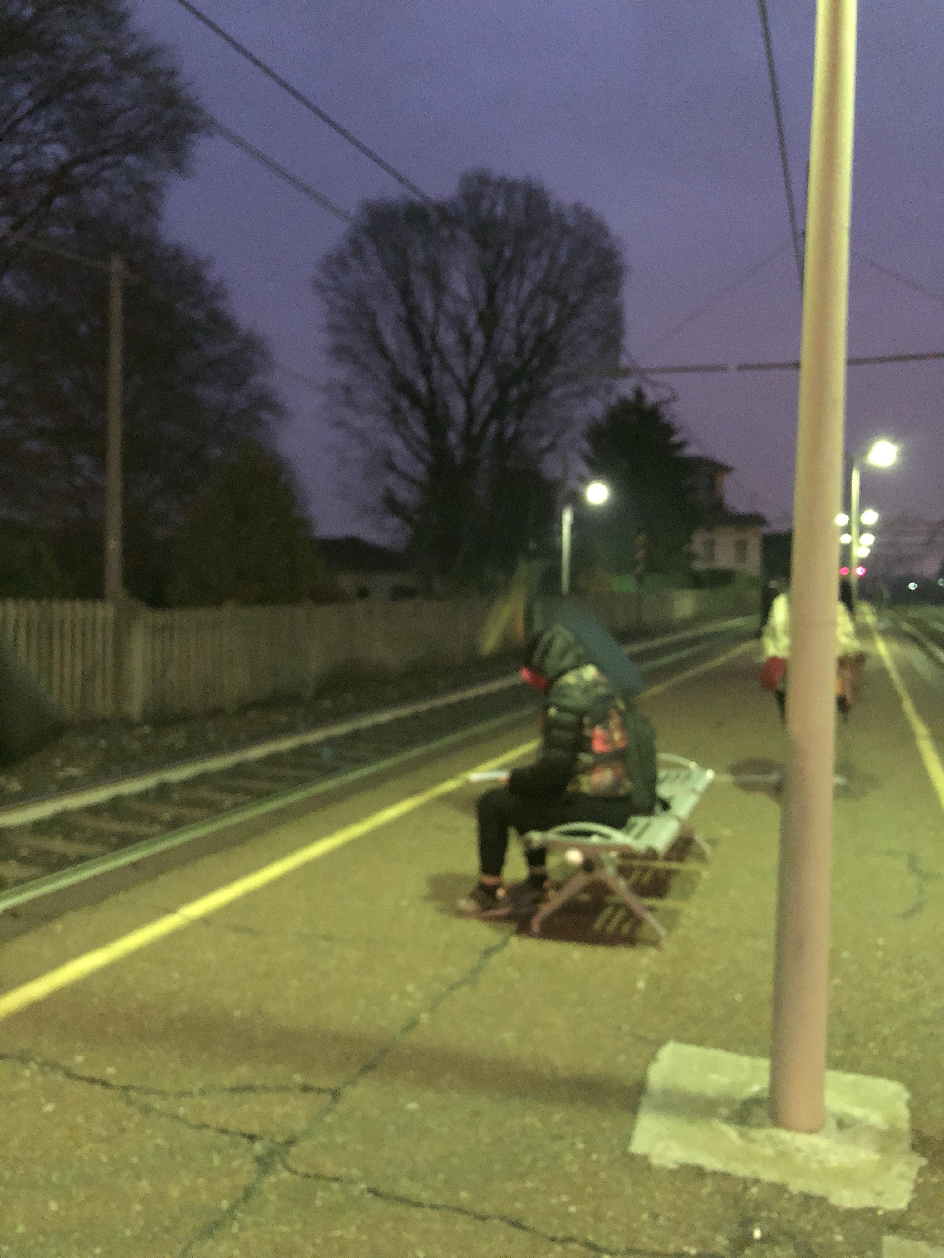 Pendolare in attesa del treno