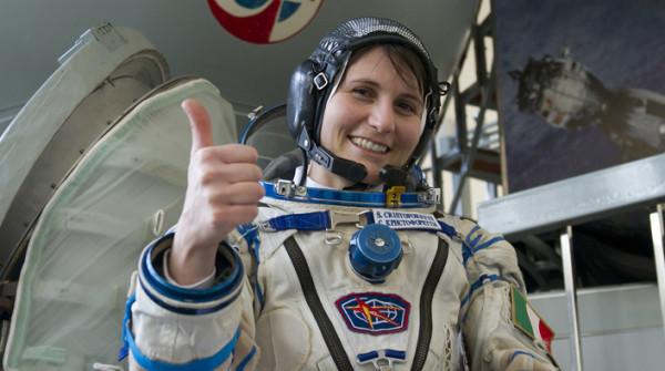 Samantha Cristoforetti, una viaggiatrice  spaziale e il menu per autostoppisti galattici
