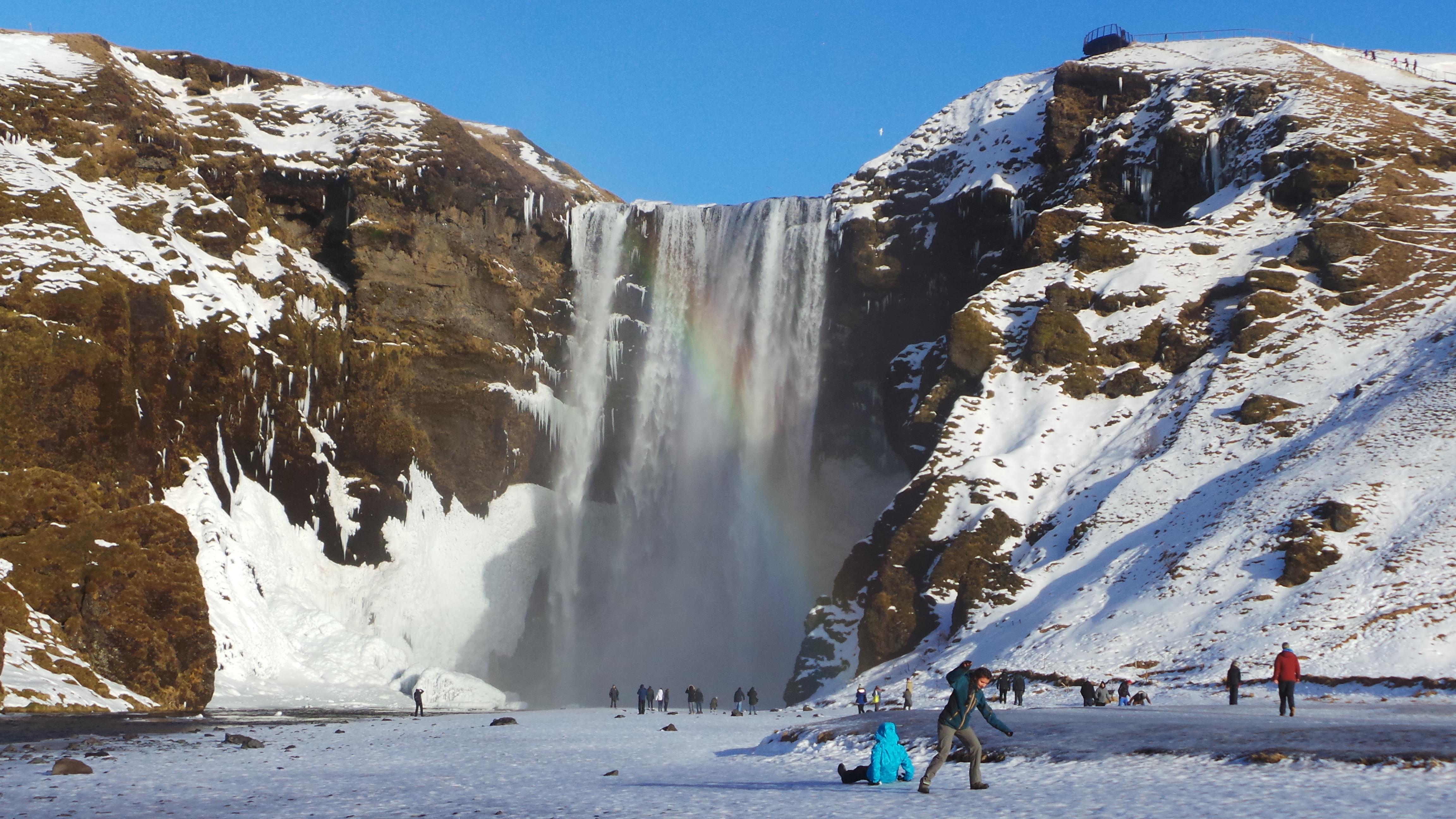 Viaggio in Islanda: camminando sul ghiaccio alla cascata Skogafoss, tra riflessioni e leggende