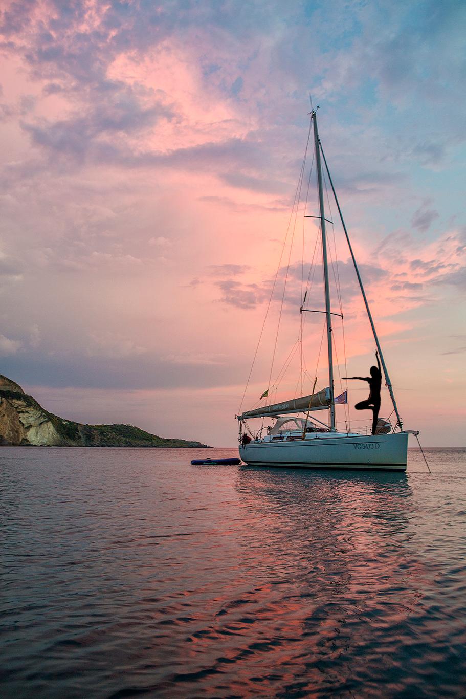 Vacanze yoga in barca a vela, nell'Arcipelago Toscano, per staccare davvero