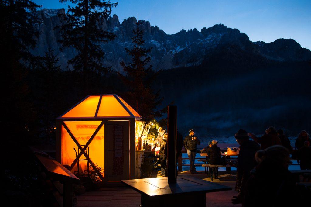 I Mercatini di Natale sul lago di Carezza: favole e lanterne