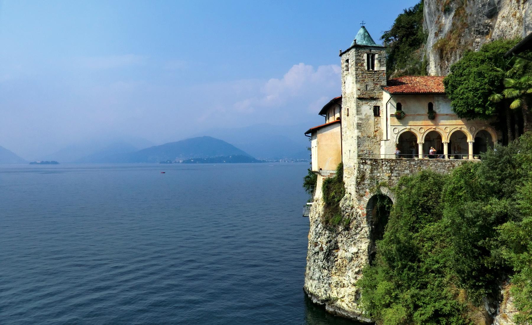 Tour sul lago Maggiore: all'Eremo di Santa Caterina del Sasso, a Leggiuno