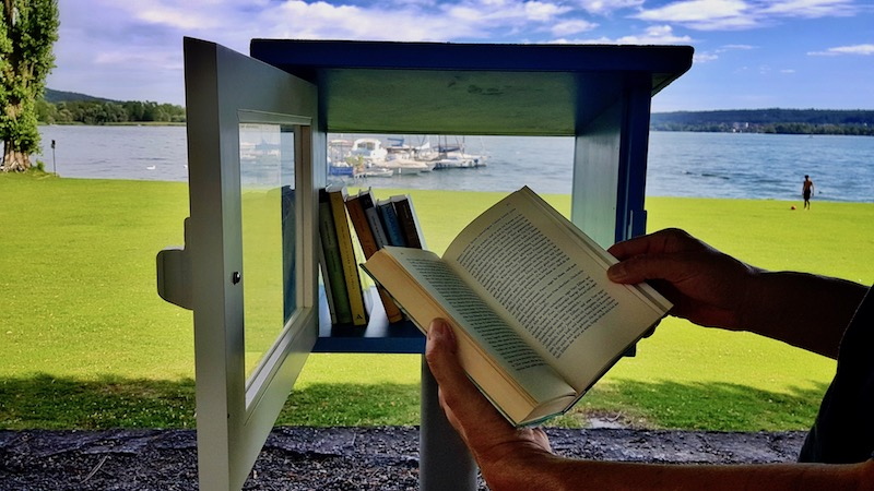 Ad Angera sbarca il bookcrossing panoramico (e una storia romantica a caccia di foto perdute)