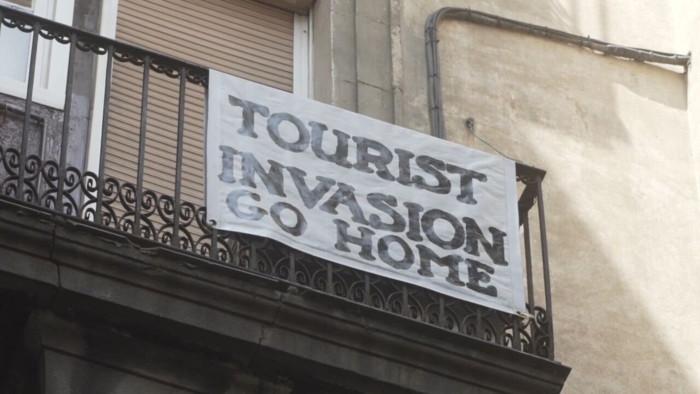 Proteste di cittadini contro il turismo di massa