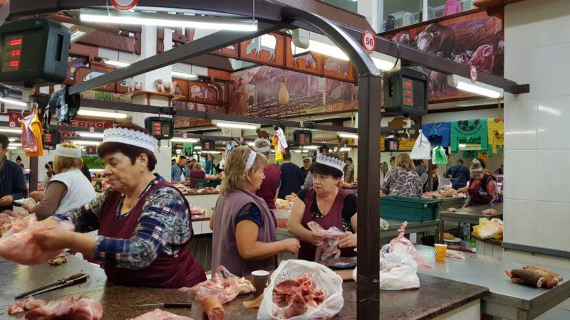 Reparto carne e formaggi al Green Market di Tiraspol