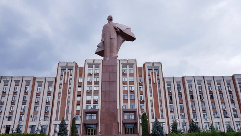 La famosa statua di Lenin al parlamento di Transnistria