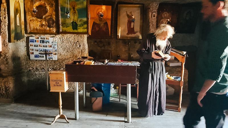 Un monaco nel monastero di Orheiul Vechi