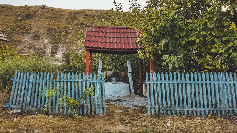 I pozzi per le strade sono frequenti in Moldavia: in passato era un segno di ospitalità per i viandanti che potevano rinfrescarsi e riposarsi all'ombra