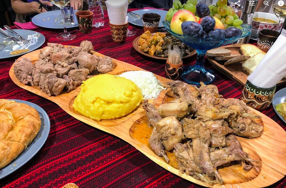 Polenta e carne, oltre a frutta di stagione, smetana,  e vini autoctoni. Un pranzo tipico in Moldavia (qui alla Ascony Winery)