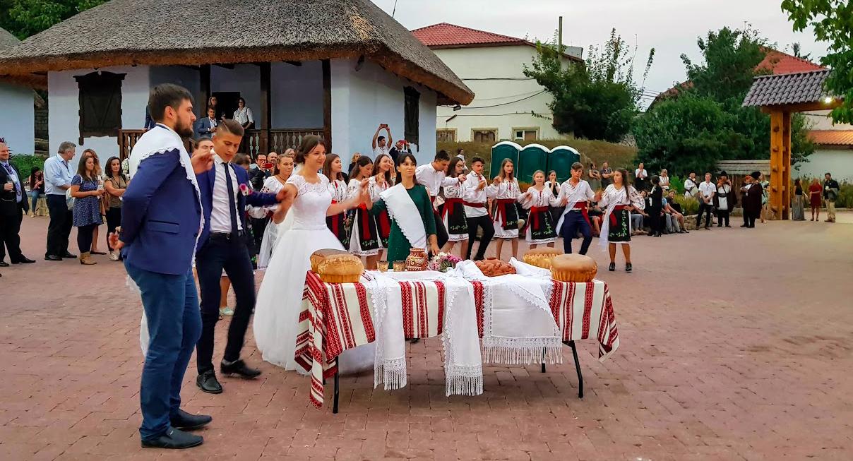 Scene da un matrimonio tradizionale moldavo alla Ascony Winery, cantina - ristorante e location per eventi dallo stile rural