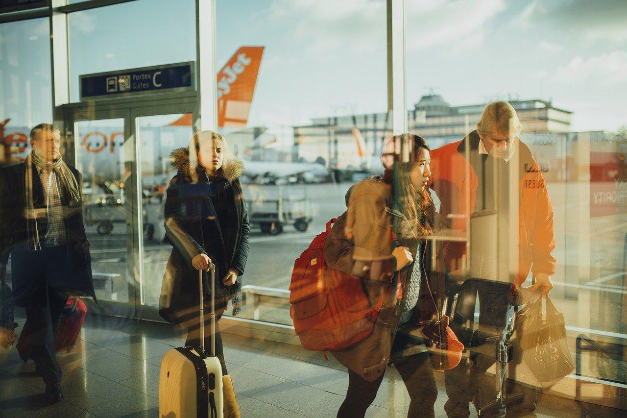 La nuova politica sui bagagli a mano di EasyJet: franchigia, cosa si può portare a bordo, hands free e opzioni